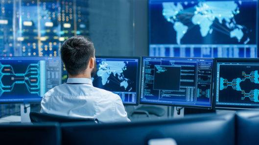 Hackeri čoraz viac cielia na malé firmy